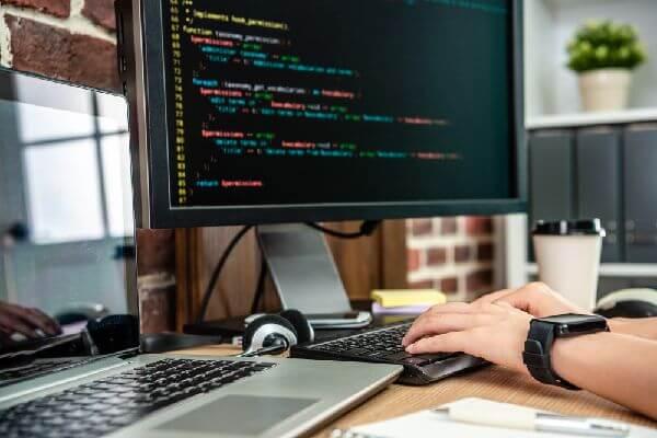 プログラミングの基礎学ぶ短期スクール